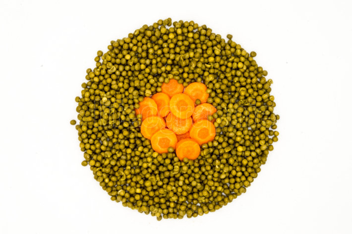 Circle of peas and carrot rings
