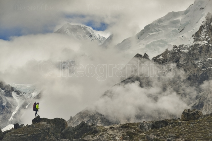 Climber on khumbu valley. himalaya, nepal.