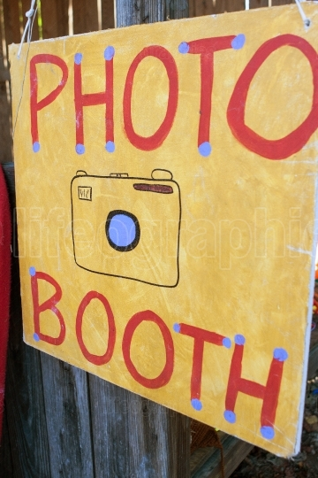 Handmade Sign Directs Carnival Patrons To Photo Booth
