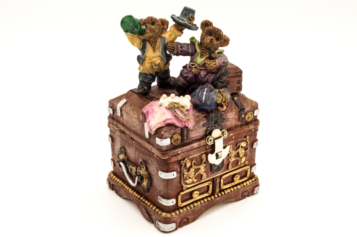 Old treasure chest topped by two little bears