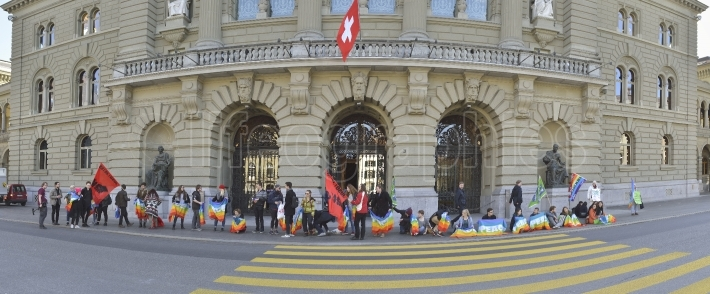 Protesters ask for Swiss parliament in Bern  more active involvement in the peace process