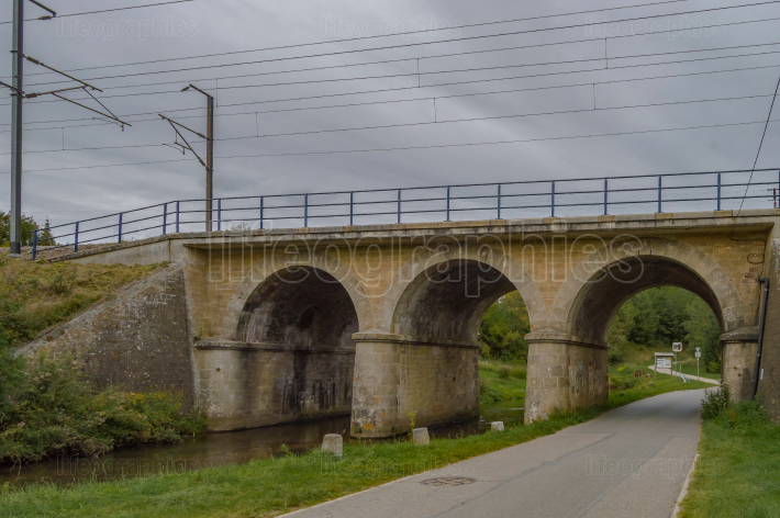 Railway bridge with three arches, two for the river of the tone